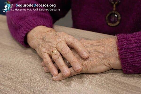 ¿Qué requisitos necesita un abuelo para contratar un seguro de decesos en España?